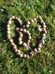 Herz aus Eicheln, Gras und Moos